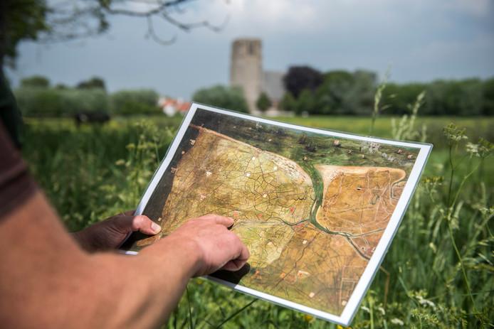 Landschapsarcheoloog Jan Trachet verkent vanaf de fiets het landschap van de Zwinstreek, op basis van de kaart van Pourbus uit 1571.