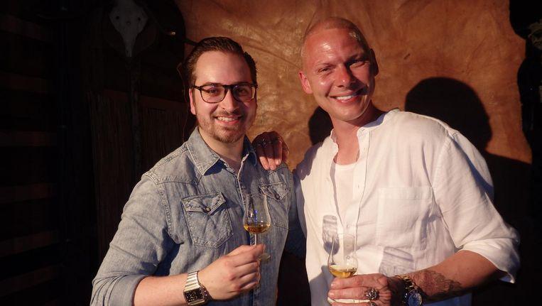 Bram Kaplan (l, Highland Park) en de designer van de fles, Jim Lyngvild die een Viking 2017 is. Hij trouwde met zijn man in een zelfgebouwde kerk van Thor Beeld Schuim