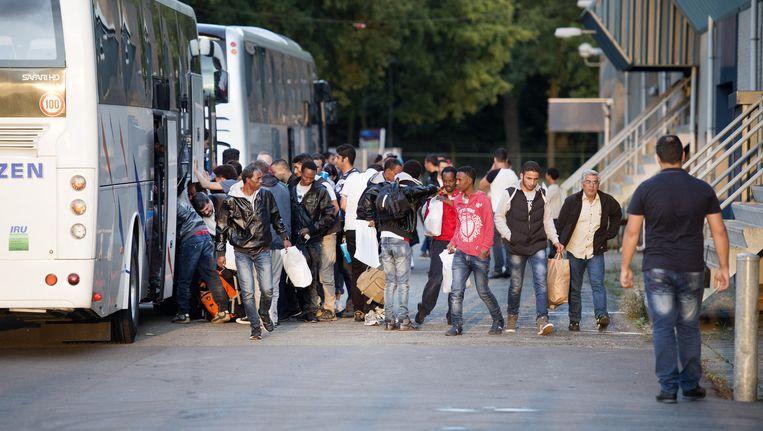 De eerste asielzoekers uit azc Ter Apel komen aan in de Americahal, een evenementenhal en zalencentrum dat tijdelijk is omgebouwd voor de opvang van maximaal 400 vluchtelingen. Beeld ANP
