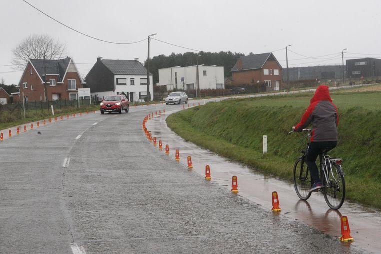 De paaltjes bakenen het fietspad duidelijk af van de rijweg.