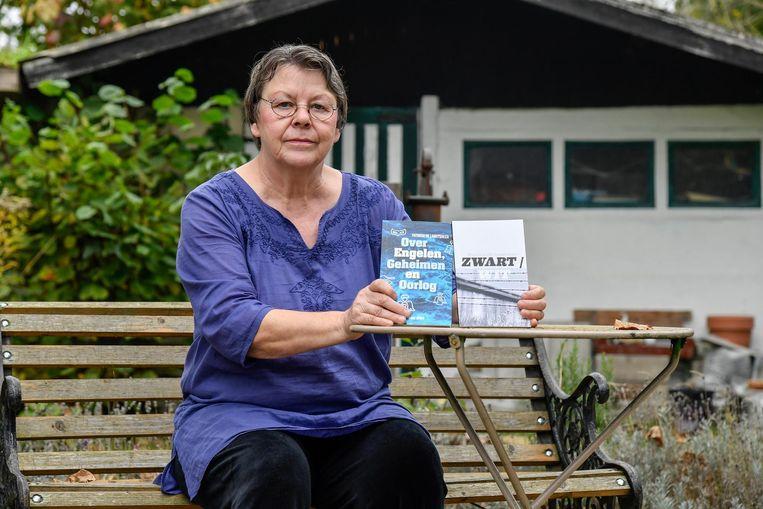 Patricia De Landtsheer met haar twee boeken die ze onlangs uitbracht.
