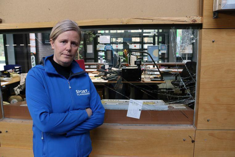 Elly Van Hove bij de vernielde ruit aan de receptie van Sport Vlaanderen in Herentals.