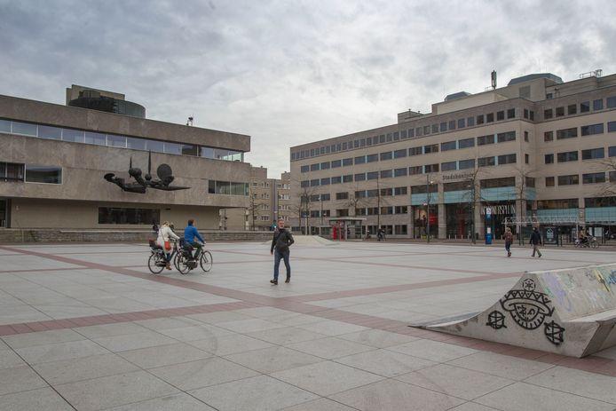 Het stadhuis en het stadskantoor van Eindhoven (archieffoto). De gemeente Eindhoven vindt het ongewenst dat relatief veel nieuwe medewerkers binnen drie jaar weer opstappen.