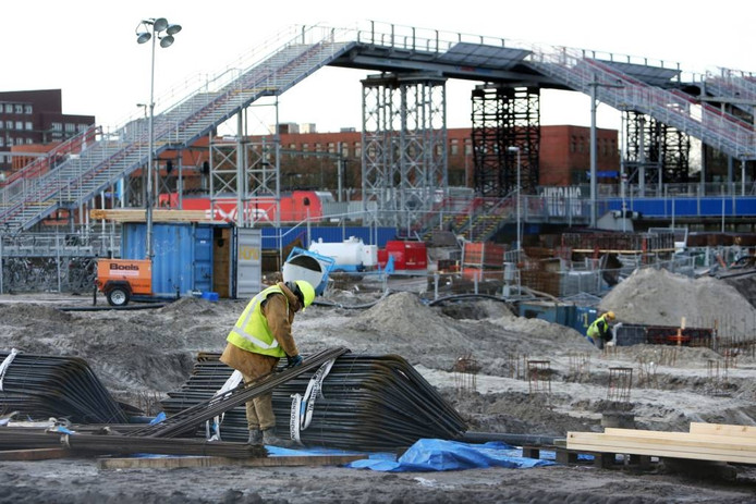 De nieuwe brug bij het Bredase station torent hoog boven treinen en passagiers uit. foto's Ramon Mangold/het fotoburo