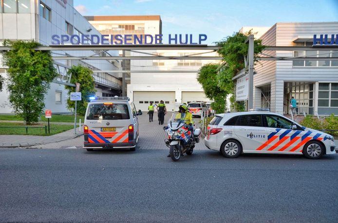 Het wemelde zondagavond van de politieagenten bij de Huisartsenpost bij Bravis ziekenhuis
