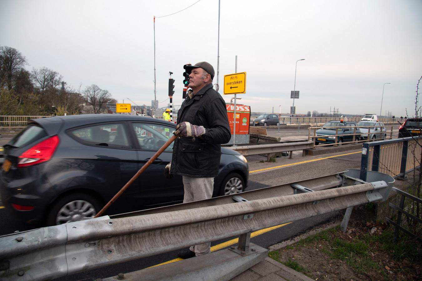 Henk Romein op de Waalbrug