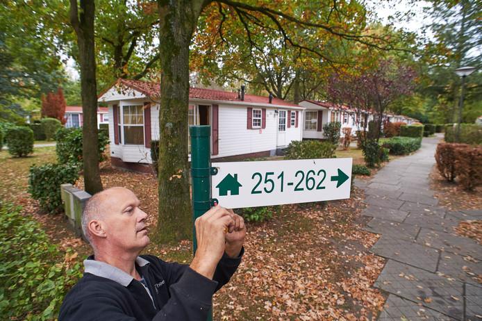 Maarten van Grinsven is op De Wildhorst in Heeswijk-Dinther) bezig met het vervangen van de bordjes met nummering.