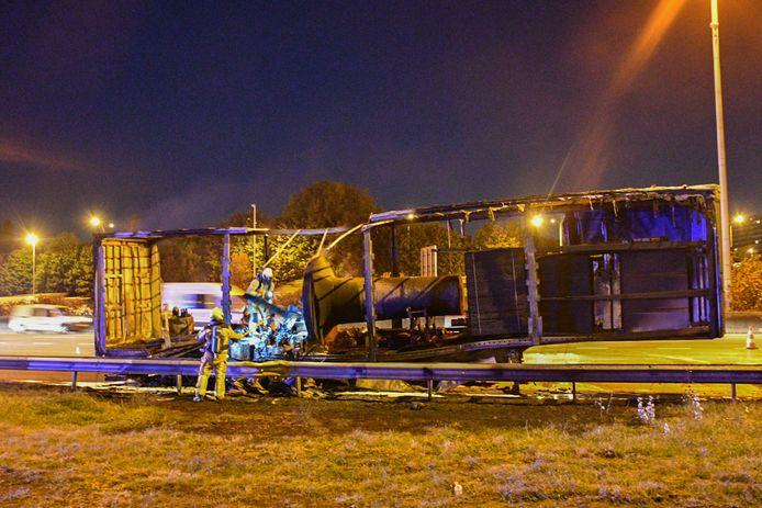 De brandweer blust een vrachtwagen op de Ring ter hoogte van Borgerhout.