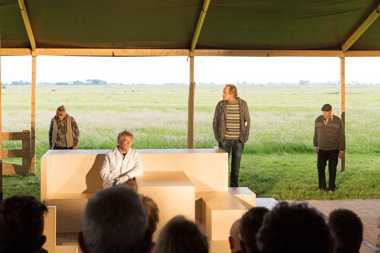Van links naar rechts: Trudi Klever, Joop Wittermans, Marcel Faber en Helmert Woudenberg in 'Koning van het Grasland'. Beeld Sjaak Verboom