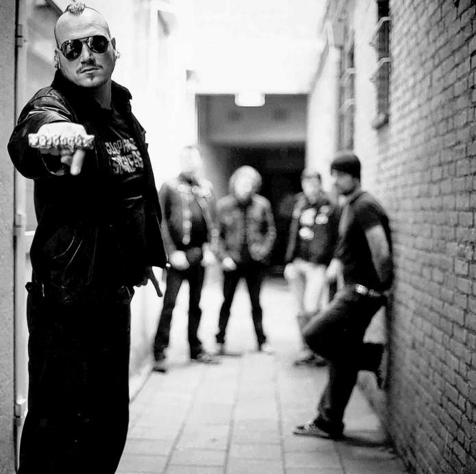 Frontman Denvis speelt met 'zijn' Spades tijdens de tweede aflevering van festival Faster and Louder in Eindhoven.
