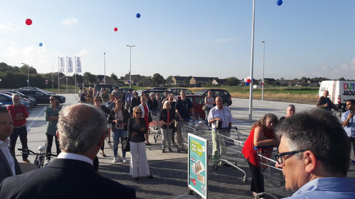 Bij de opening van de Aldi in Kamperland stonden direct al klanten in de rij.