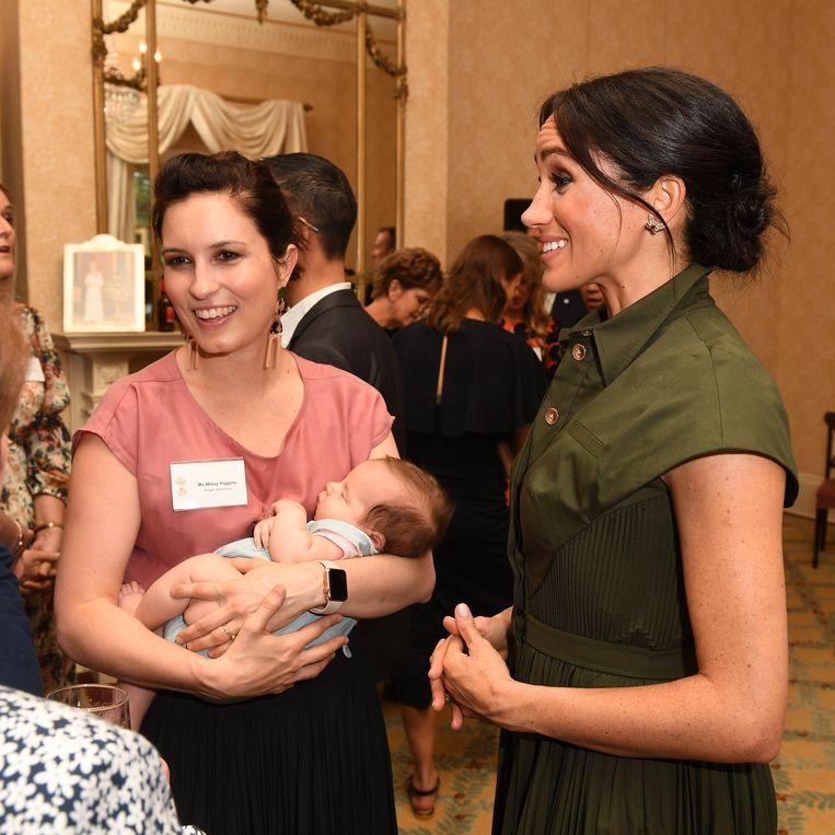 Meghan was duidelijk gelukkig toen ze een praatje kon slaan met een mama en haar baby.