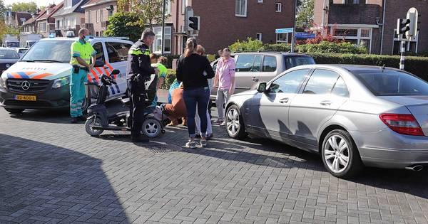 Vrouw in scootmobiel lichtgewond bij aanrijding door auto in Waalwijk.