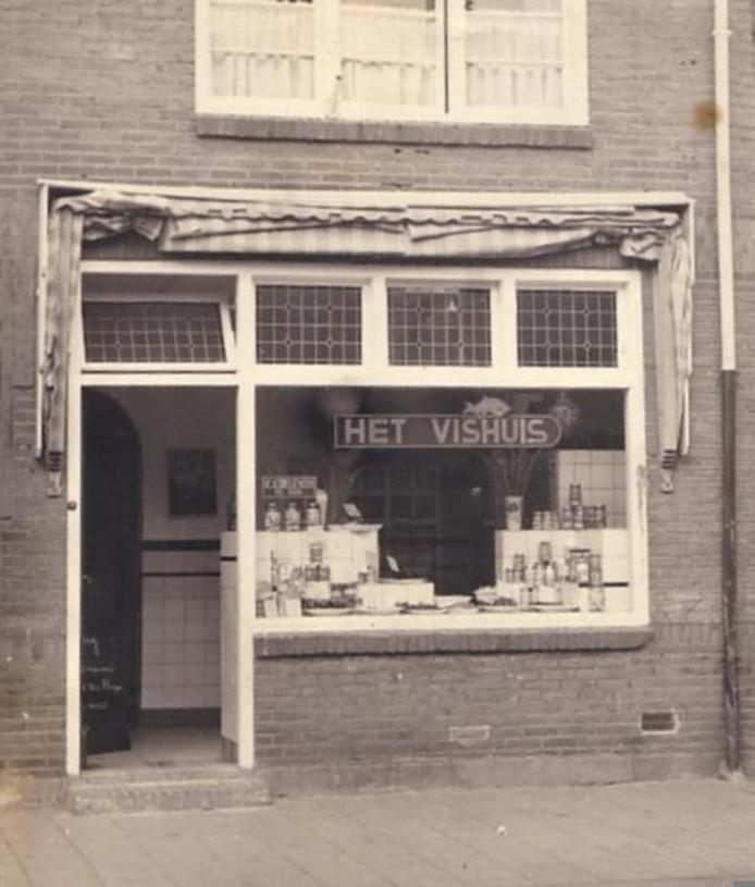 De viswinkel van de familie Koelewijn aan de Heezerweg.