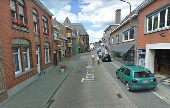 De brand ontstond op een parking achter een appartementsgebouw in het begin van de Torhoutsestraat.