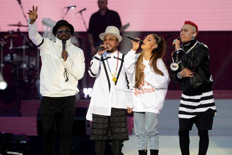 Ariana Grande en The Black Eyed Peas zingen Where is the Love? Beeld null