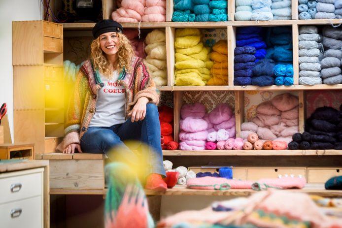 VALKENSWAARD - Trudie Wijnen heeft het haar persoonlijke missie gemaakt om  om te laten zien hoe leuk en ontspannend breien kan zijn. Ze heeft een breiclub voor jonge hippe mensen opgezet en wil haar grote liefde voor mooie garens en breien delen.