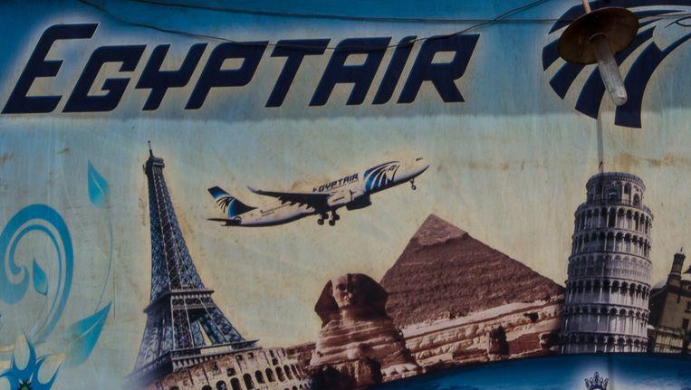 De Egyptische toeristenindustrie had het al zwaar, maar wordt door de crash van het EgyptAir-toestel verder in het nauw gedreven. Op de foto een poster van een reisbureau in Caïro. Beeld null