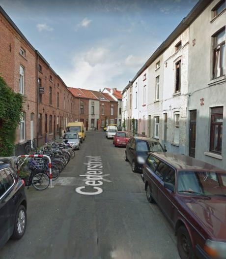 Gepensioneerde man gekneld tussen auto en garage