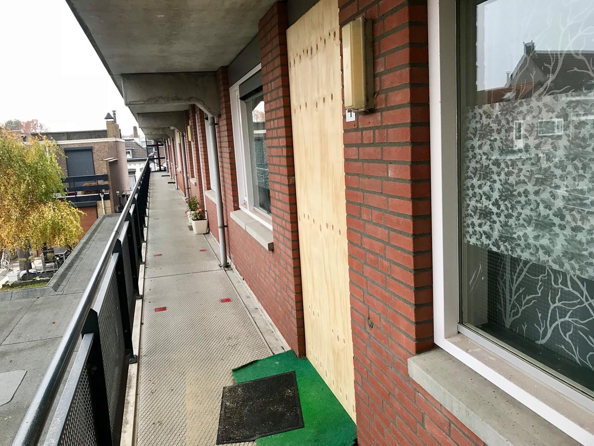 Na de schietpartij en de drugsvondst werd het flatappartement voor een maand dichtgespijkerd. De advocaat van de bewoonster eist nu 2.500 euro schadevergoeding.
