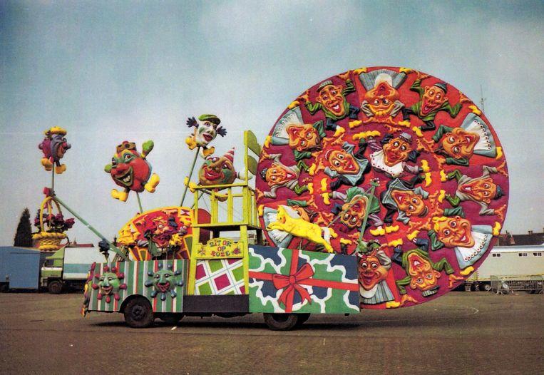 1999  'Roosendaal heeft iets met rozen en het motto was 'zit ok op roze' oftewel: zit je ook op rozen? Voor carnavalsvereniging Rimboeanen uit Wouwse Plantage maakte ik een grote draaiende rozet van 7 meter. Polyester nodigt uit om herhaalvormen te maken. We hebben een kwartcirkel in klei gemaakt, die acht keer afgegoten en tot een grote schijf gemaakt met aan weerskanten vrolijke afbeeldingen. Het was een heel kleurrijk ding, en de eerste prijs in Roosendaal.' Beeld Foto Marcel van den Bergh