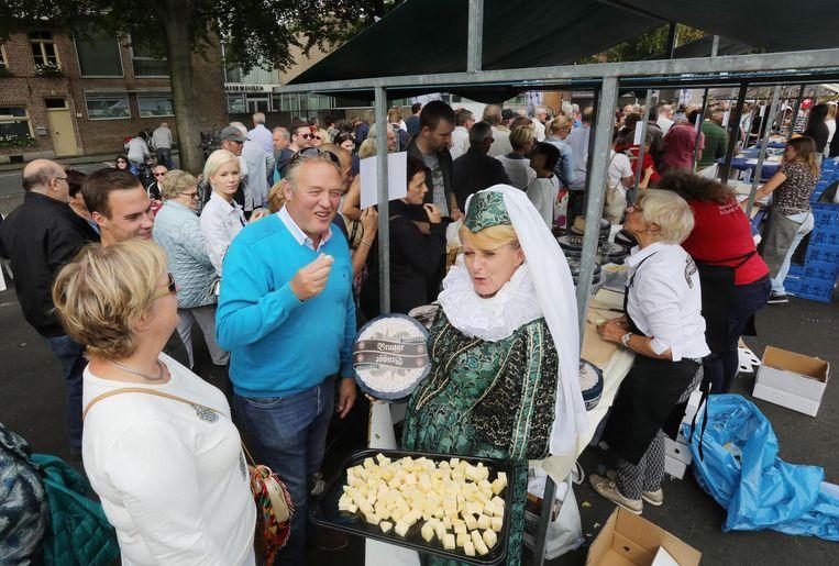 De liefhebbers genieten van een kaasblokje.