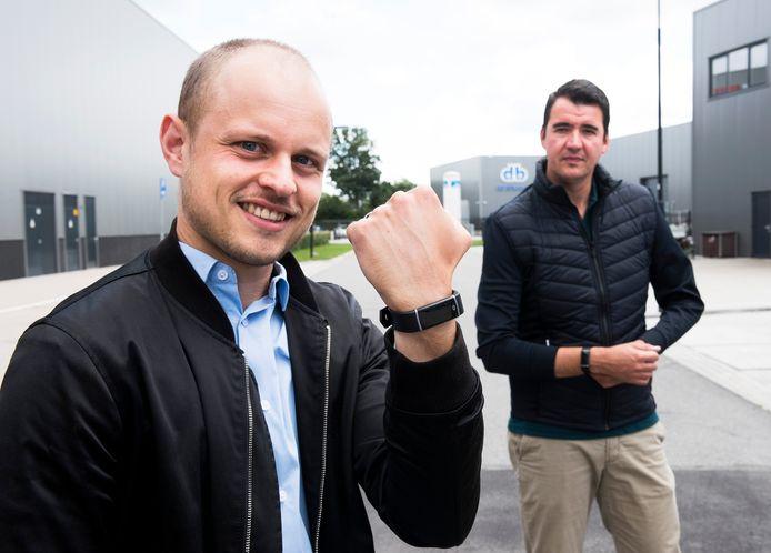 Montfoort - Jim Vendrig (links) en Gerrit Bos ontwikkelden de RadiusGuard, een polsbandje dat begint te trillen als je binnen een afstand van 1,5 meter van iemand komt (Foto Marnix Schmidt)