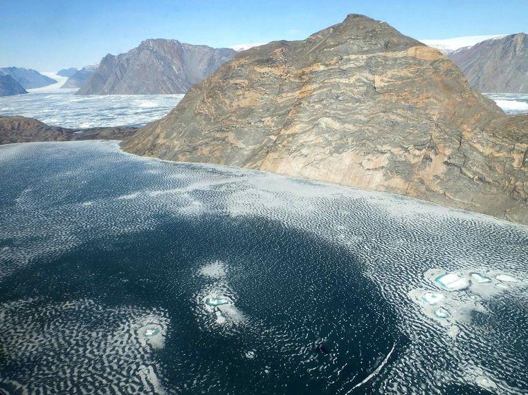 De gletsjer Nord komt in de fjord van Violin Glacier in het noordoosten van Groenland terecht.
