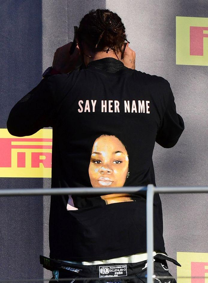 Formule 1-piloot Lewis Hamilton met een T-shirt van Breonna Taylor.