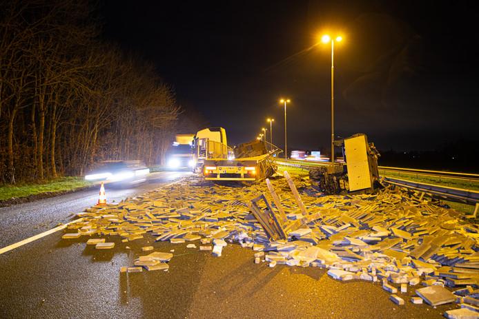 Ravage op de A50: vrachtwagen verliest lading stoeptegels.