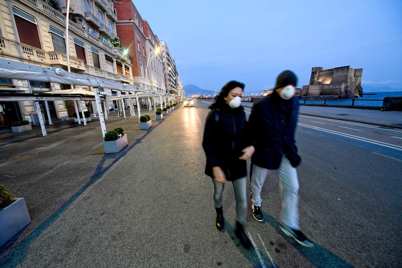 Bars en pizzeria's in Napels zijn dinsdagavond gesloten vanwege de corona-epidemie.   Beeld null