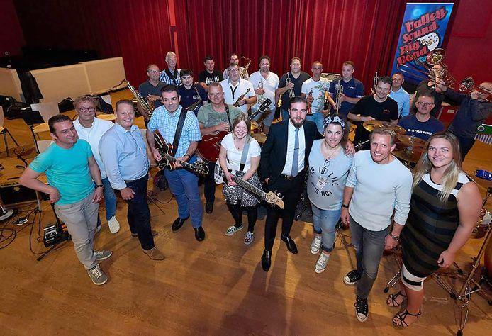 Valley Sound Big Band met dirigent Peter Bogers (3e van links) en gasten rechtsvoor. Zij openen de feestweek vrijdag.