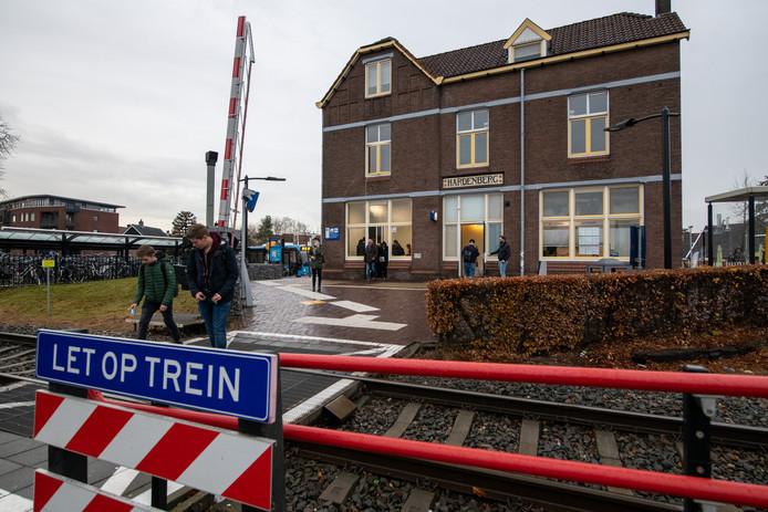 Treinreizigers in Hardenberg kunnen in het vervolg in een vernieuwde wachtruimte wachten op de volgende trein.