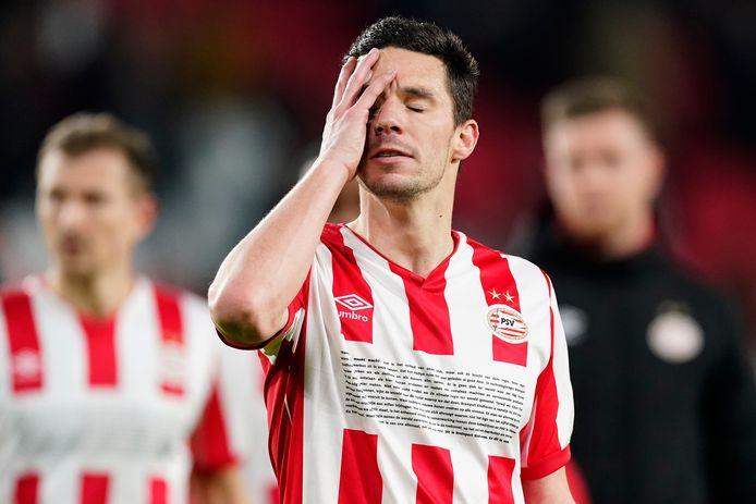 Nick Viergever kan het niet geloven: ook tegen FC Twente heeft PSV weer punten verspeeld.