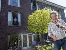 Bewoners Andriessenhuis in Borculo genieten van veilig tuinconcert