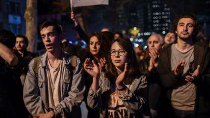 Erdogan wint referendum maar blijft achter met zwaar verdeeld land