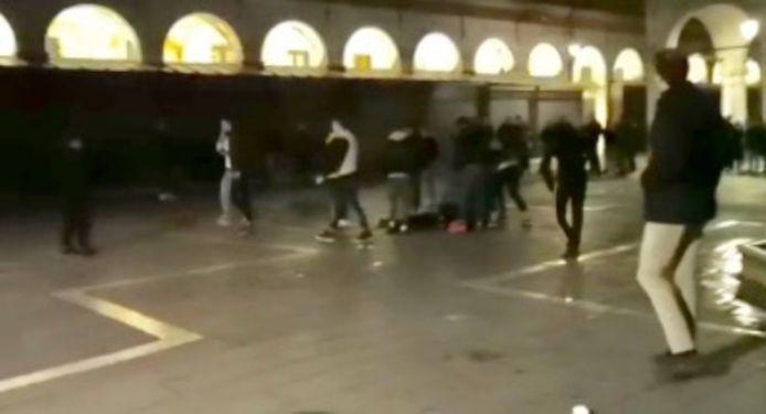 Bij deze aanval door een jeugdbende werd iemand toegetakeld met glazen flessen en doornige rozenstengels (zie ook video onderaan).