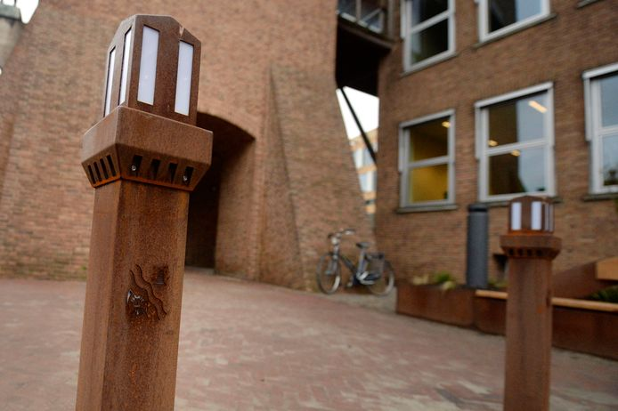 De afzetpaaltjes in de vorm van de stadhuistoren (ook wel Hengeloërtjes) gaan weer omhoog om auto's uit het centrum te weren.