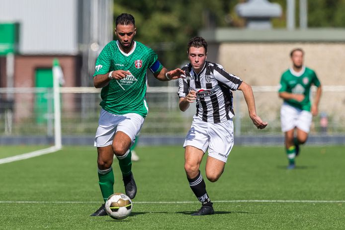 FC Dordrecht-aanvoerder Ilhan Solak (links) gaat het sprintduel aan met Dubbeldammer Mika Gutierrez Oliva.