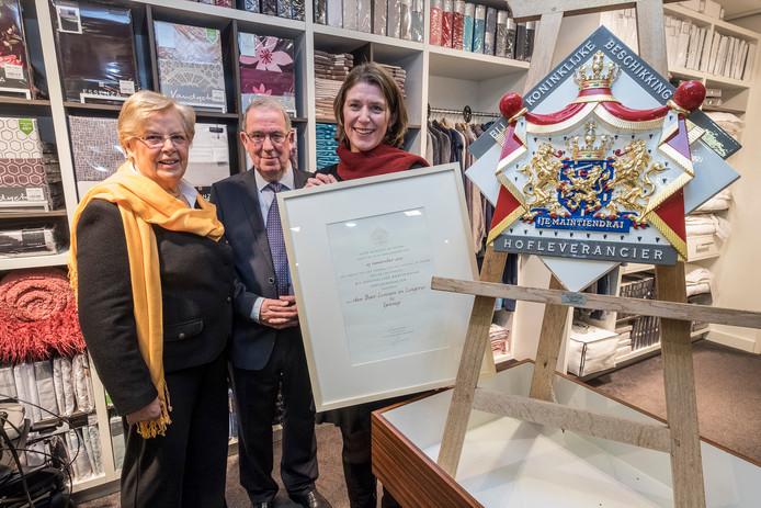 Ouders Den Boer en dochter Liesbeth in de lingerie- en linnenwinkel in Gennep.