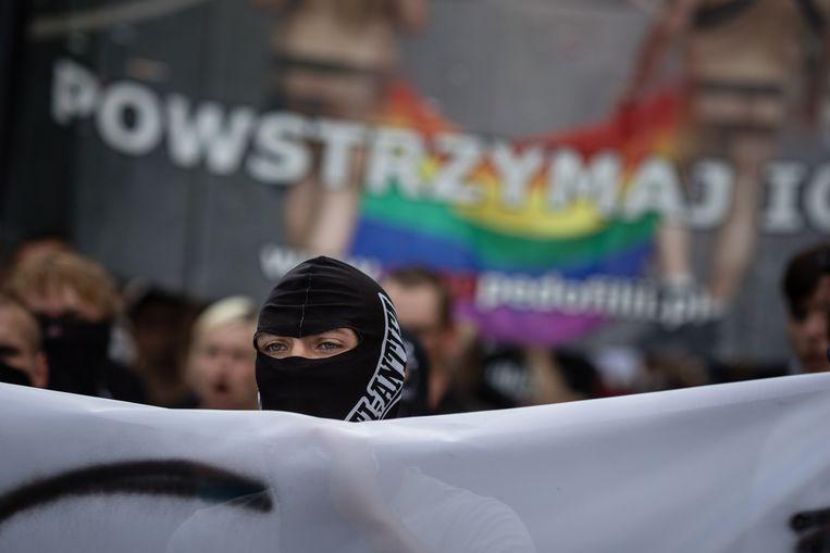 Een rechts-extremist protesteert tegen de Pride Parade in Poznan. Beeld AFP