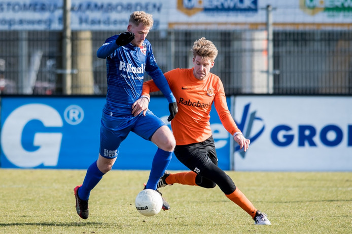 Eef van Riel van De Treffers in duel met HHC'er Rick Hemmink (rechts), ProShots