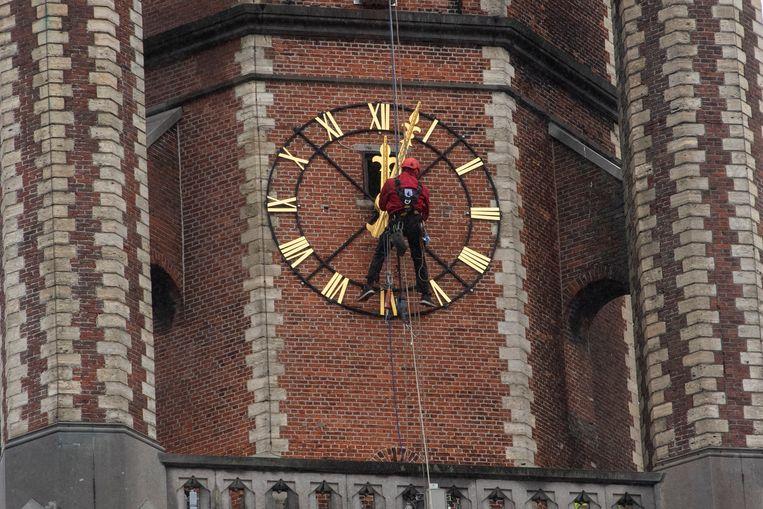 De klok op de Sint-Gertrudiskerk werd tijdens werken opnieuw juist gezet.