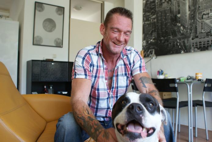 MS-patiënt Jean-Paul 't Gilde met zijn hond Spike.