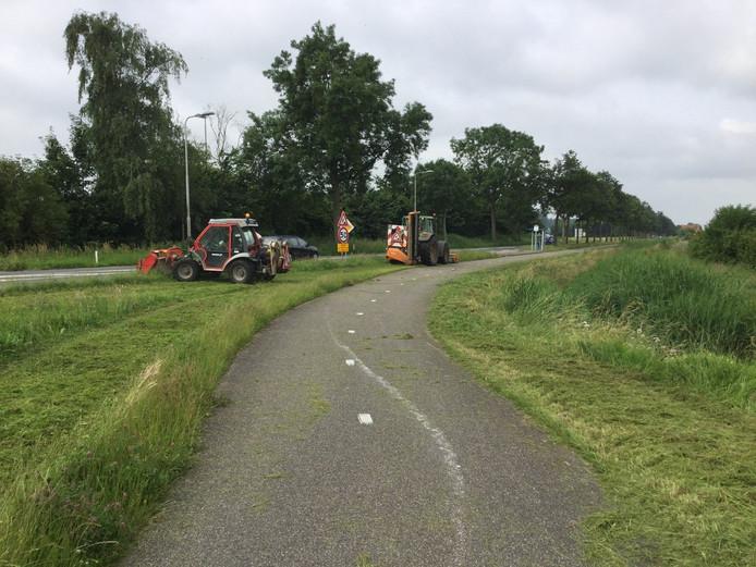 Bermen en groenstroken worden gemaaid zodat verkeersdeelnemers zicht op de wegen kunnen houden.