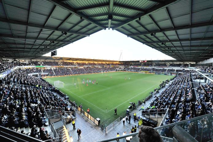 Een goed gevuld stadion in Almelo bij de wedstrijd Heracles - Feyenoord. Foto: Carlo ter Ellen