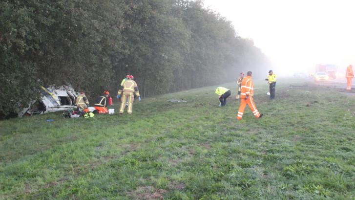 Bedrijfsbus in sloot bij Rijssen: drie gewonden