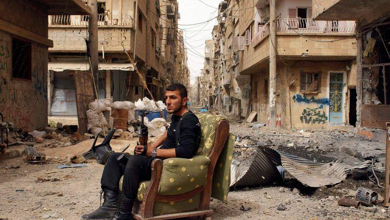 Een soldaat van het Vrije Syrische leger in Deir ez-Zor. Beeld REUTERS