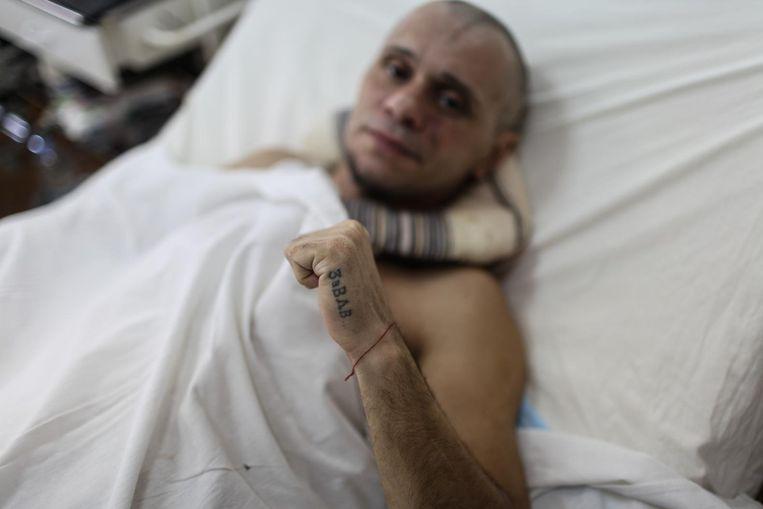 Vladimir Shevrin, 44. Verwond door een 120mm mortiergranaat. Verwondingen in de rechterarm, buik en gezicht. Zijn tatoeage betekent 'van de luchtmacht'. Mechnikova ziekenhuis. Dnipro, Oekraïne Beeld Oleksandr Techynskyi