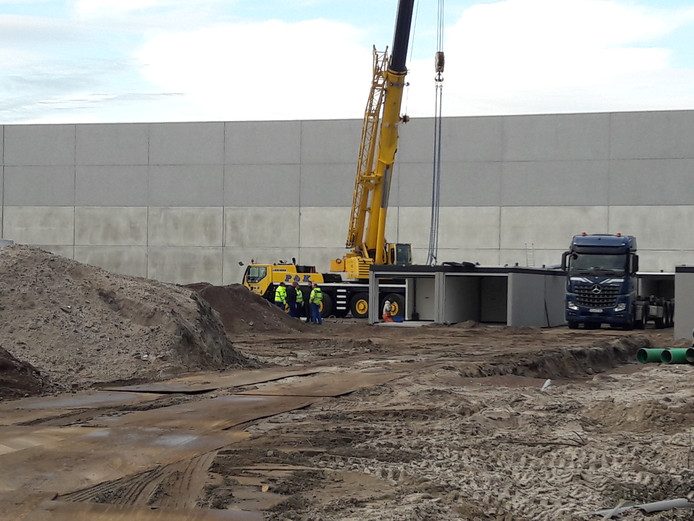 De eerste garageboxen op bedrijventerrein Loven worden geplaatst.